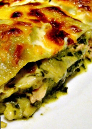 Chicken, Garlic and Spinach Lasagna, layers of tender chicken, spinach and pasta sheets with a creamy cheesy sauce, baked until golden. Easy recipe and freezer friendly