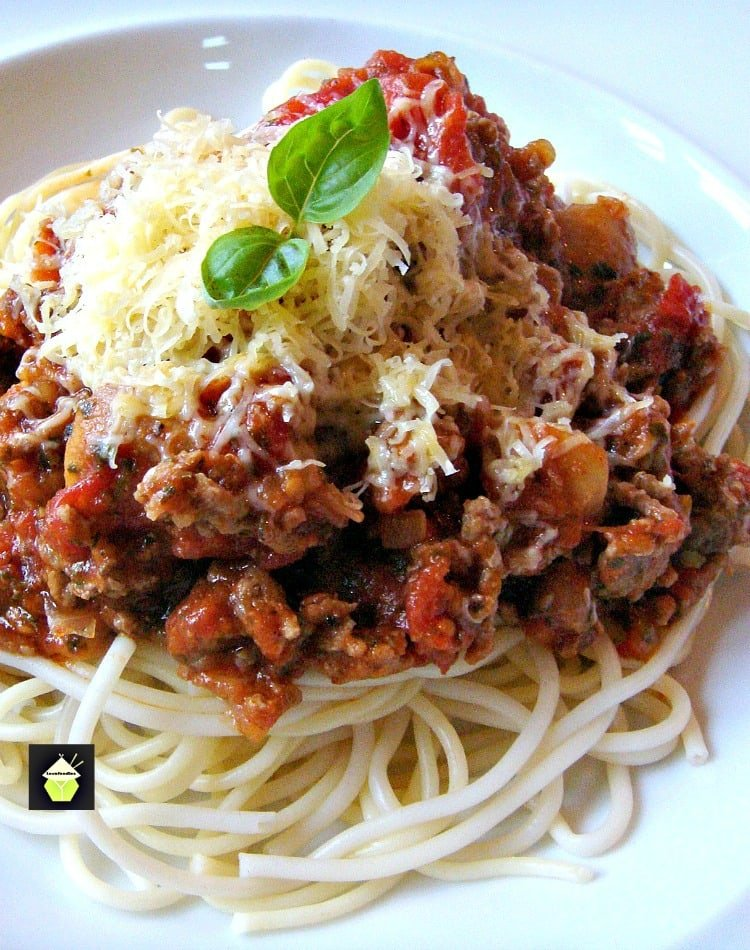 Simple Spaghetti Bolognese, an easy dinner using fesh ingredients and full of flavor, with a homemade tomato sauce