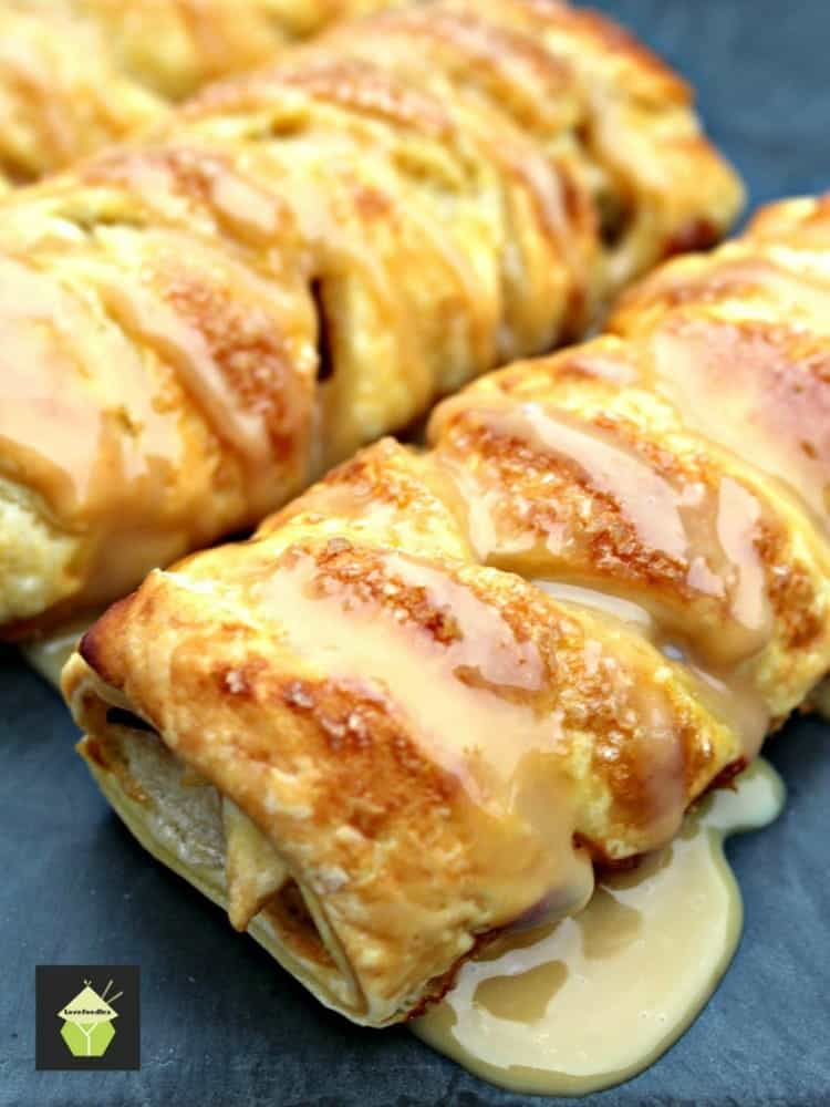 Mini Caramel Apple Pastries. Delightful mini pastries filled with caramel and apples and oh so easy to make!