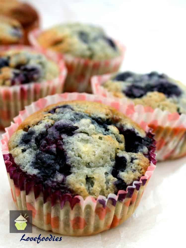 Blueberry and White Chocolate Muffins! These muffins are incredibly ...