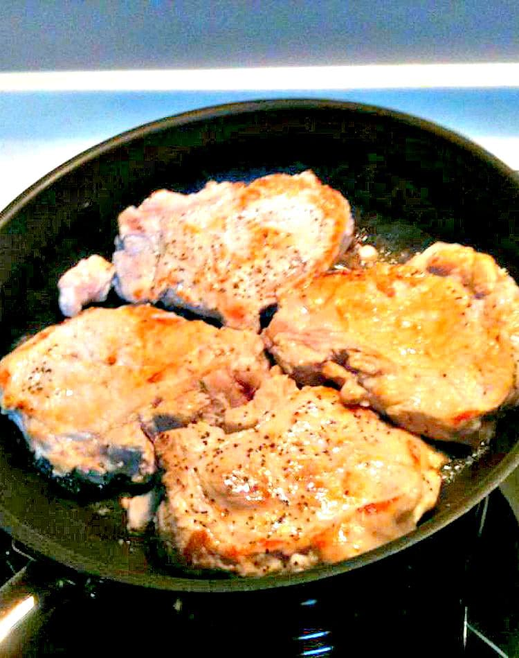 Delicious juicy pan fried pork chops in a creamy mushroom sauce, delicious served with pasta, rice or potatoes. very easy and quick recipe too!