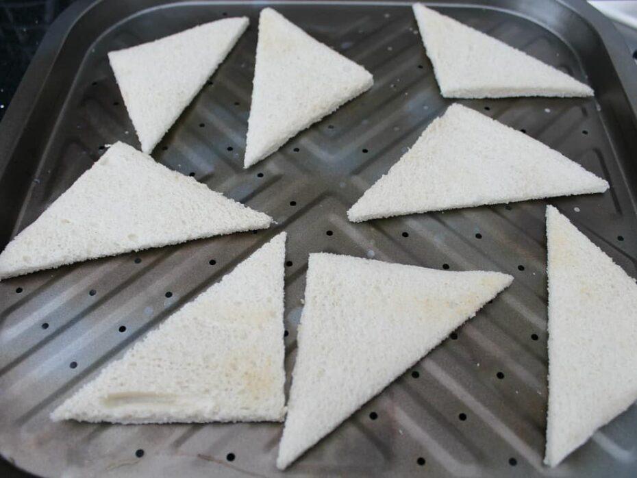 Easy Melba Toast cutting bread